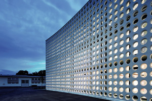 "<div class=""bildtext_en"">Backlighting intensifies the apparent lightness of the white concrete façade in the evening hours</div>"