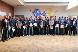 """<div class=""""bildtext_en"""">All graduates of the various courses at AWZ Bau in the spring of 2019 are, as of now, available to the concrete industry with additional specialist knowledge; on the right: FDB Managing Director Elisabeth Hierlein</div>"""
