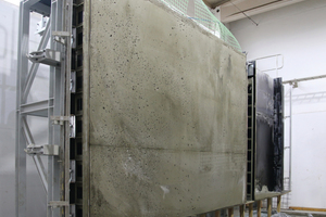 "<div class=""bildtext_en"">Figure 1 (left): View into the open battery mould with the hardened foamed-concrete wall </div>"