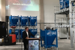 """<div class=""""bildtext_en"""">Dr.-Ing. Ulrich Palzer welcomes the guests in Weimar </div>"""
