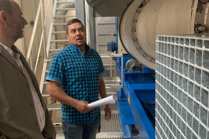 """<div class=""""bildtext_en"""">Max Ramm explains the functions of the rotary kiln </div>"""