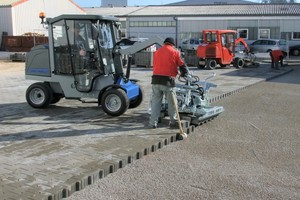 "<div class=""bildtext_en"">The world's first fully electric VM 301 Greenline paver laying machine with storage battery technology </div>"