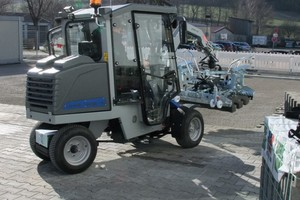 "<div class=""bildtext_en"">Emission-free paving with the Probst laying machine </div>"