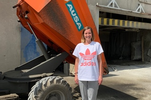 "<div class=""bildtext_en"">BFT editor, Karla Knitter, scrutinizes the concrete dumper, which has been used on the factory premises for four years now</div>"