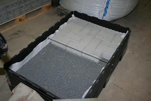 """<div class=""""bildtext"""">Betonpflastersteinfläche auf Basalt-Splittbett 2/5 mm im Herstellprozess</div>"""