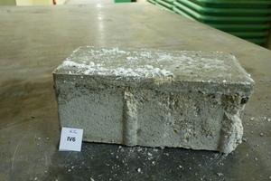 "<div class=""bildtext_en"">Concrete paving block ""IV6"" (type W5) with damaged facing concrete (horizontal cracking)</div>"
