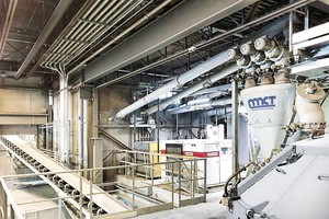 """<div class=""""bildtext_en"""">Interior view of M CON plant with MCT systems engineering</div>"""