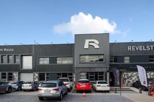 """<div class=""""bildtext"""">Der Revelstone-Hauptsitz, das Adam House – mit neuer Gebäudefassade und gepflasterter Zufahrt</div>"""
