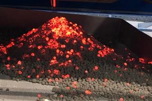"""<div class=""""bildtext_en"""">Fig. Manufacture of lightweight granules from construction rubble in the pilot plant of the Weimar Institute of Applied Construction Research (IAB) – discharge of the granules from the rotary kiln</div>"""
