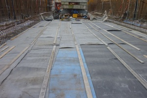 """<div class=""""bildtext_en"""">Fig.: Curing with additional insulation mats to avoid cracks resulting from abrupt cooling (e.g. due to wind-driven rain in summer) </div>"""