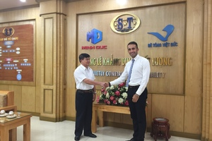 "<div class=""bildtext_en"">Contract Signing Ceremony from left to right: Mr. Ta Quyet Thang, Owner of Minh Duc and Mr. Gabriele Falchetti MCT Italy, Executive SouthEast Asia Sales Manager </div>"
