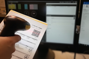 """<div class=""""bildtext_en"""">The mix operators and/or drivers scan the QR code in the delivery note </div>"""
