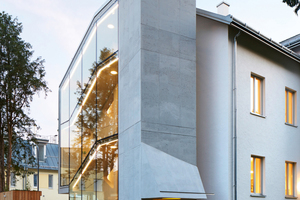 """<div class=""""bildtext"""">Der Aufzugschacht aus Liapor-Leichtbeton steht in betonendem Kontrast zur seitlichen Fassade</div>"""