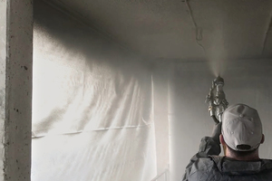 """<div class=""""bildtext_en"""">The repair mortars can be applied both manually and by the wet-spraying method </div>"""
