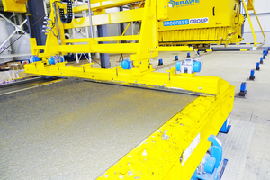"<div class=""bildtext_en"">The levelling beam attached to the concrete spreader draws off the concrete and compacts it according to the depth of the concrete layer</div>"