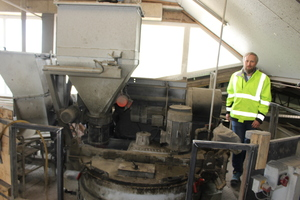 """<div class=""""bildtext_en"""">… such as this Sicoma mixer from Italy installed in 2017; right: plant manager Alexander Stateczny</div>"""