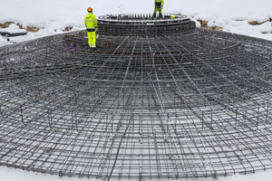 """<div class=""""bildtext_en"""">On a regular day, the mixing plant produces fiber concrete for two windmill bases, here the reinforcement </div>"""