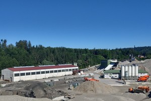"""<div class=""""bildtext_en"""">On the premises of the Schwarzenbeck plant there is, in addition to the carousel system, also an asphalt mixing plant as well as an adjacent gravel plant</div>"""