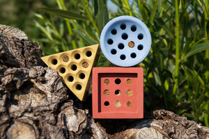 """<div class=""""bildtext_en"""">Bee houses with Lanxess pigments, made by the company Grellroth in Krefeld, Germany</div>"""