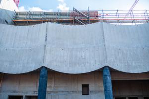 "<div class=""bildtext_en"">The concrete on the longitudinal façades is designed in wave form</div>"