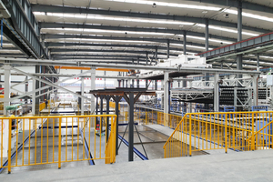 """<div class=""""bildtext_en"""">Laterally mounted walking/stepping platforms ensure that the circulating pallets in the manual reinforcement area can be walked on at floor level</div>"""