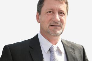 "<div class=""bildtext_en"">Dipl.-Ing. Lars Klötzer, Plant Manager Elbe Decken</div>"