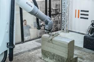 """<div class=""""bildtext"""">Schicht für Schicht wächst ein Gebilde mit rauer Oberfläche, die von einem zweiten Roboter glatt gestrichen wird</div>"""
