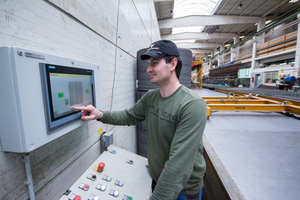 """<div class=""""bildtext_en"""">The large touchscreen in the middle of production visualizes pallet circulation and curing chamber charging</div>"""