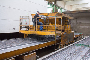 """<div class=""""bildtext_en"""">The manual concrete spreader also travels with the new control system</div>"""