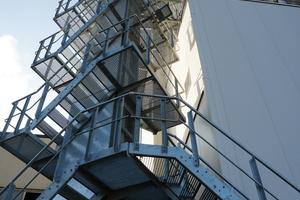 """<div class=""""bildtext"""">Doppelgurt: der DGF in S-Form kann platzsparend ohne zusätzliche Übergaben in flexiblen Linienführungen und verschiedensten Formen ausgeführt werden. Der Treppenturm verleiht ihm eine imposante Erscheinung.</div>"""