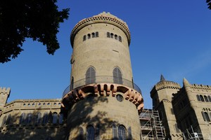 """<div class=""""bildtext_en"""">As part of the reconstruction, the not very durable tuff of Löwenburg castle in Bergpark Wilhelmshöhe was replace by cast stone</div>"""