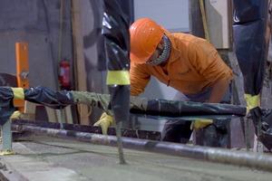"""<div class=""""bildtext"""">Die Produktionsbedingungen im Betonfertigteilwerk bleiben immer gleich</div>"""