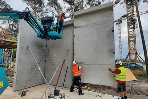 """<div class=""""bildtext_en""""><irspacing style=""""letter-spacing: -0.01em;"""">Fig. 1: Erection of a wall on Siemens Campus Erlangen, the walls are connected with the BT turnbuckle</irspacing></div>"""