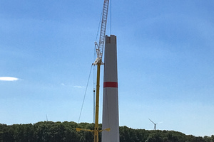 "<div class=""bildtext_en"">These wind turbine towers are built in post-tensioned precast climbing construction</div>"