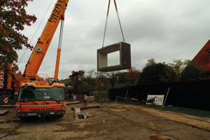 """<div class=""""bildtext_en"""">A truck-mounted crane was used to lift the segments, which weigh almost 50 t, into position</div>"""