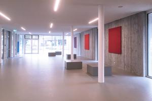 """<div class=""""bildtext"""">Betonhocker von Efecto in der Aula 1 der Schule Neuhaus/Inn</div>"""