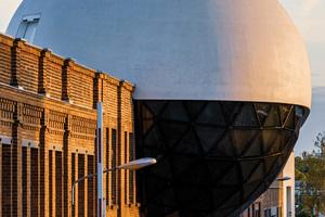"""<div class=""""bildtext"""">Die Niemeyer Sphere sollte so glatt und weiß wie möglich werden – dies gelang mit dem Bindemittel Dyckerhoff Weiss</div>"""