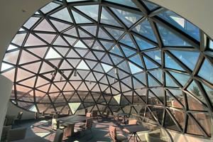 """<div class=""""bildtext"""">Futuristischer Ausblick – zur Regulierung von Hitze und Sonneneinstrahlung wurden dreieckige Flüssigkristallfenster verbaut</div>"""