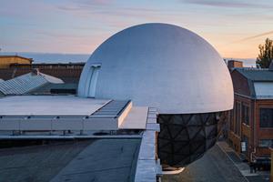 """<div class=""""bildtext"""">Die Niemeyer Sphere besitzt einen Durchmesser von 12m und verfügt über drei Geschosse</div>"""