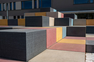 """<div class=""""bildtext_en"""">The pavement of the square, made of light-grey cast-stone pavers, together with the concrete cubes, result in a uniform joint pattern</div>"""