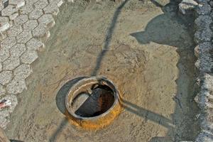 """<div class=""""bildtext"""">Abb. 4: Verlegung einer Pflasterdecke auf der wasserundurchlässigen Unterlage einer Tiefgaragendecke</div>"""