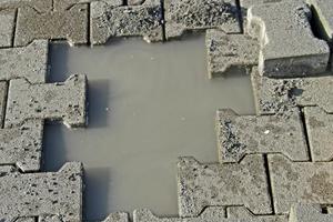 """<div class=""""bildtext"""">Abb. 9: Nicht ausreichende Wasserdurchlässigkeit der Unterlage bzw. der Tragschicht </div>"""