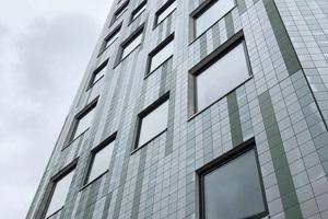 """<div class=""""bildtext"""">Fassadenuntersicht des neuneckigen Hochhauses</div>"""
