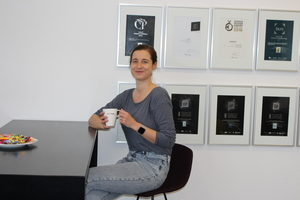 "<div class=""bildtext_en"">BFT editor Karla Knitter drinks coffee in the Bauverlag lounge</div>"