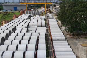 """<div class=""""bildtext"""">PT Bonna Indonesia liefert 7 km seiner Stahlbetondruckrohre für 4,5 Mrd. Dollar teures Kraftwerk</div>"""