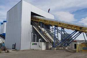 """<div class=""""bildtext_en"""">KTI-Sauter hot-air systems (left) and a KTI cold-air unit (right, background) ensure perfect temperature control of aggregates</div>"""