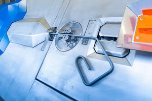 """<div class=""""bildtext"""">Ein schwenkbarer Arbeitsschirm und frei drehbares Biegewerkzeug ermöglichen die flexible Gestaltung beider Werkstückenden und das Biegen von Doppeldraht, dank einem pneumatischen Paket von SMC</div>"""