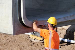 "<div class=""bildtext_en"">The wedge-shaped sliding seal creates a watertight joint</div>"