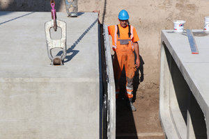 """<div class=""""bildtext_en"""">Lifting anchors on top of the box units ensure easy installation</div>"""