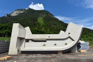 """<div class=""""bildtext_en"""">The hazard has been eliminated with precast concrete columns weighing 28 tons each</div>"""